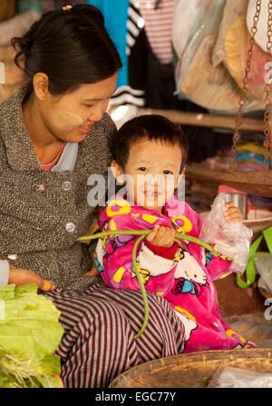 A burmese mother and child, Mani Sithu market, Nyaung U village, Bagan Myanmar ( Burma ), Asia - Stock Photo