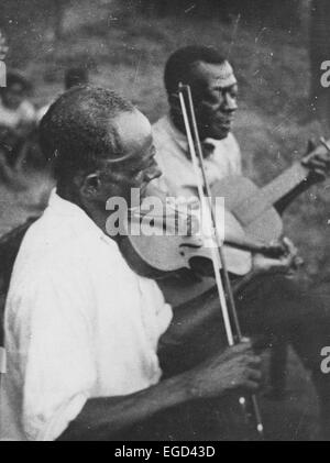 Stavin' Chain playing guitar and singing accompanied by a musician on violin, Lafayette, La., June 1934 - Stock Photo