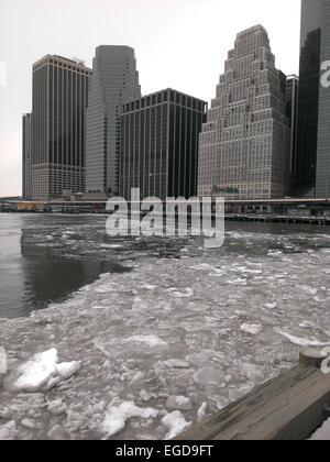 New York, USA. 23rd Feb, 2015. View of the Frozen East River and Lower Manhattan skyline as record low temperatures - Stock Photo