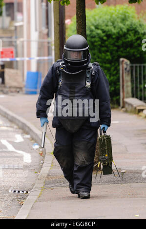 Belfast 02/07/2012 Belfast - Bomb disposal ATO walking back from a suspicious device.  He is carrying a 'pig stick', - Stock Photo