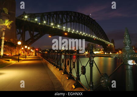 Dawn breaks over the iconic Sydney Harbour Bridge, Sydney, New South Wales, Australia. - Stock Photo