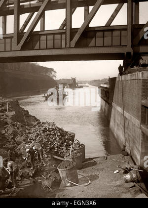 Navvies (construction workers) at the Barton Aqueduct during the building of the Manchester Ship Canal, Lancashire, - Stock Photo