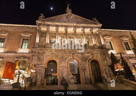 Stairs and main entrance with monuments of the Biblioteca Nacional de España (National Library of Spain) at night. - Stock Photo