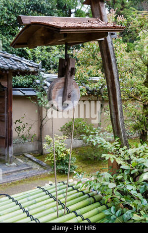 Koto-in Zen Buddhist temple, Daitoku-ji, Kyoto, Japan. A well in the garden - Stock Photo