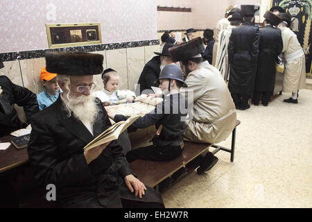Jerusalem, Israel. 5th Mar, 2015. Ultra Orthodox Jews are reading from the Book of Esther, which is the main part - Stock Photo
