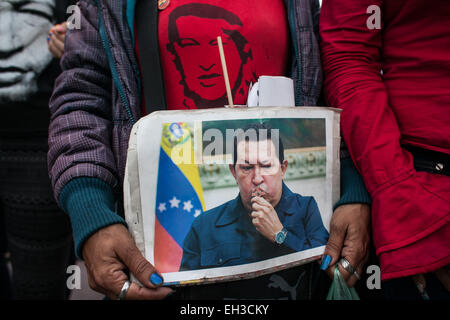 Caracas. 5th Mar, 2015. A woman holds a image of late Venezuelan President Hugo Chavez during a ceremony marking the 2nd anniversary of his death at the Cuartel de la Montana, in Caracas, Venezuela, on March. 5, 2015. Credit:  Boris Vergara/Xinhua/Alamy Live News