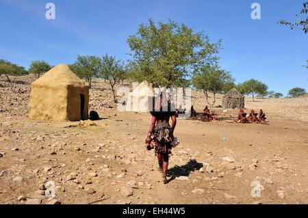 Namibie, Kaokoland ou Kaokoveld, village himba, ethnie bantoue/Namibia, Kaokoland or Kaokoveld, Himba village - Stock Photo
