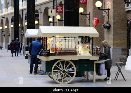Shoppers in Hay's Galleria on the south bank of the River Thames, London. - Stock Photo