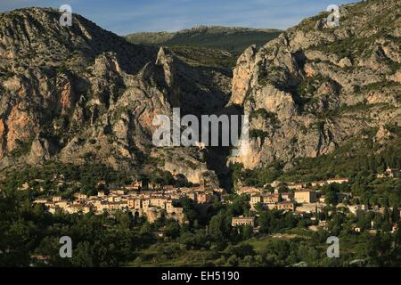 France, Alpes de Haute Provence, The village of Moustiers Ste Marie leaned in the mountain Moustiers Ste Marie is - Stock Photo