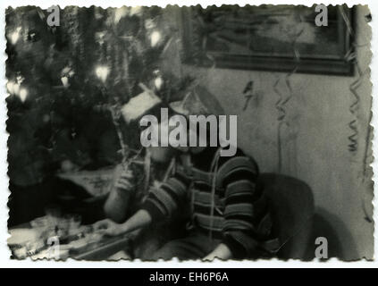 GERMANY, Baumschulenweg, Berlin. 8th Mar, 2015. CIRCA 1960s: Young couple kissing at the festive table near the - Stock Photo