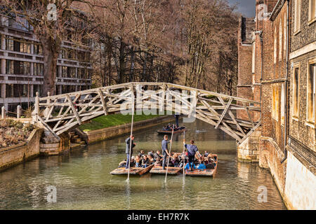 The Mathematical Bridge, Cambridge, which joins two parts of Queens College, with a group of punts passing underneath. - Stock Photo