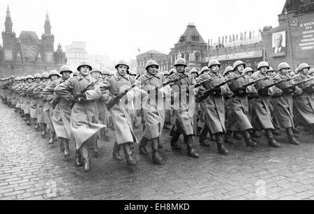 MOSCOW VICTORY PARADE 24 June 1945. Soviet soldiers march past the Kremlin - Stock Photo