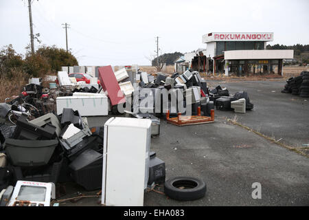 (150310) -- FUKUSHIMA, March 10, 2015 (Xinhua) -- Abandoned houses and wastes are seen in the Futaba District, located - Stock Photo