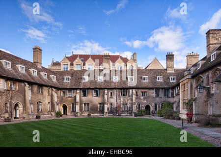 Old Court, Corpus Christi College, Cambridge, dating from the 1350's. The Old Cavendish Laboratory is visible behind. - Stock Photo
