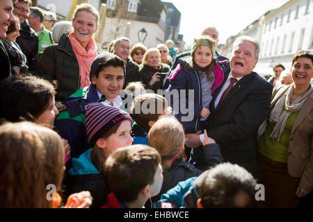 Arnsberg, Germany. 11th Mar, 2015. German President Gauck (2nd R) is accompanied by welcomed by North Rhine-Westphalia's - Stock Photo
