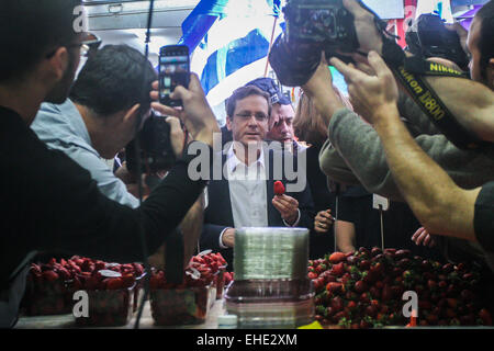 (150312) -- JERUSALEM, March 12, 2015 (Xinhua) -- Israel's Zionist Union leader Isaac Herzog (C) is seen during - Stock Photo