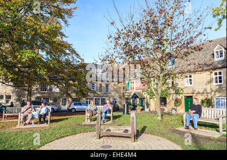 The Square, Stow-on-the-Wold, Cotswolds, Gloucestershire, with attractive Cotswold stone cottages and medieval wooden - Stock Photo