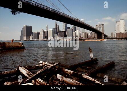 AJAXNETPHOTO. - JULY 1975. NEW YORK, NY, USA. - BROOKLYN BRIDGE SPANNING THE EAST RIVER FROM THE BROOKLYN SIDE TOWARDS - Stock Photo