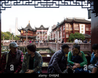 Traditional Chinese architecture at bazaar of Yuyuan ...