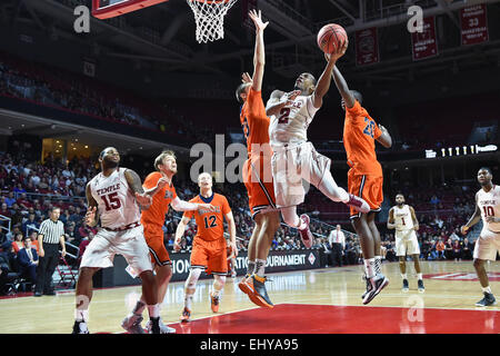 Philadelphia, Pennsylvania, USA. 18th Mar, 2015. Temple Owls guard WILL CUMMINGS (2) goes up for a shot between - Stock Photo