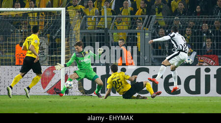 Dortmund, Germany. 18th Mar, 2015. Alvaro Morata (Juventus Turin) (R) against Goalkeeper Roman Weidenfeller (Borussia - Stock Photo