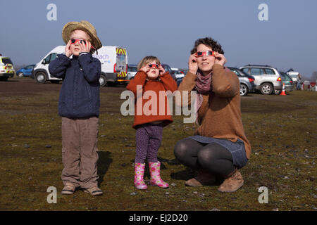 Madley, Herefordshire UK. 20th March, 2015.  A young family of amateur stargazers  watch the eclipse through their - Stock Photo