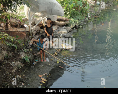 Manila, Philippines. 20th Mar, 2015. Joshua Magdael, in black, and MJ Phispregante, in blue, look for fish at a - Stock Photo