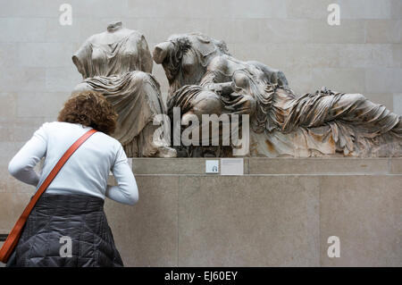 Elgin Marbles. Visitor & sculpture of three goddesses from east pediment of the Parthenon, possibly Hestia, Aphrodite - Stock Photo