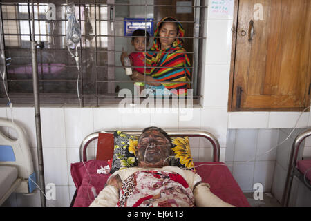 Dhaka, Bangladesh. 22nd Mar, 2015. Imran, 30, one of the victims of petrol bomb attack cries in pain as he receives - Stock Photo