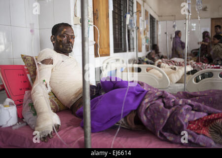 Dhaka, Bangladesh. 22nd Mar, 2015. Faruk, 30, one of the victims of petrol bomb attack cries in pain as he receives - Stock Photo