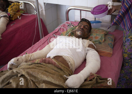 Dhaka, Bangladesh. 22nd Mar, 2015. Arob Ali, 23, one of the victims of petrol bomb attack on a truck cries in pain - Stock Photo