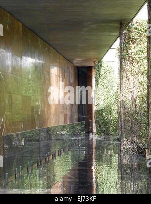Movable walls closed in main entrance corridor. House with walls, Ahmedabad, India. Architect: Matharoo associates, - Stock Photo