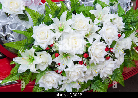 wedding car flowers decoration among the many decorations of the car the most common - Common Flowers In Arrangements