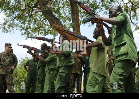 A US Marine with the Special-Purpose Marine Air-Ground Task Force Crisis Response-Africa helps Tanzanian park rangers - Stock Photo
