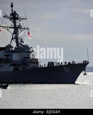 AJAXNETPHOTO. 22ND MARCH, 2015. PORTSMOUTH, ENGLAND. - U.S. DESTROYER ARRIVAL - USS WINSTON CHURCHILL (DDG-81) INWARD - Stock Photo