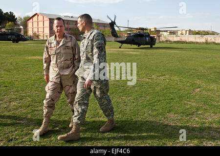 U.S. Army Brig. Gen. Michael Linnington greets U.S. Navy Adm. Mike Mullen, chairman of the Joint Chiefs of Staff, - Stock Photo