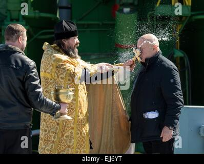 Baikonur, Kazakhstan. 26th Mar, 2015. A Russian Orthodox priest blesses Sergey Semchenko of the Russian Search and - Stock Photo