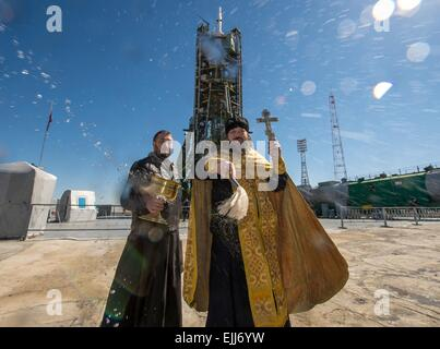 Baikonur, Kazakhstan. 26th Mar, 2015. A Russian Orthodox priest blesses the Soyuz rocket and media on the launch - Stock Photo