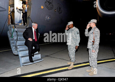 Defense Secretary Robert M. Gates is greeted by U.S. Forces-Iraq Commanding General Lloyd Austin as he disembarks - Stock Photo