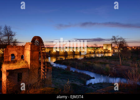 Pre dawn over the Guadalquivir river in Córdoba - Stock Photo