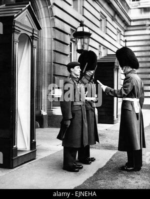 Changing The Guard At Buckingham Palace. The dismounting before a sentry box, Buckingham Palace forecourt. 8th November - Stock Photo