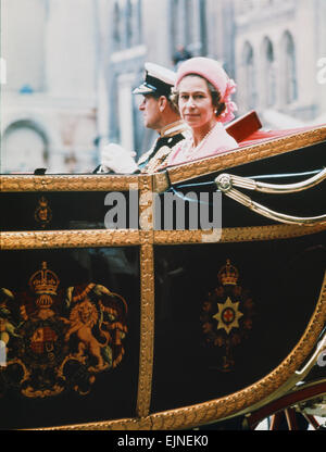 Queen Elizabeth II & Prince Philip ride back to the Palace, after lunch at Guildhall, as part of HRH Silver Jubilee - Stock Photo