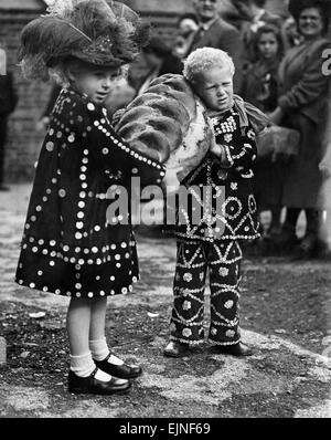 London's Pearly Kings and Queens, Princes and Princesses, with their children went to the Costers Cathedral, St. - Stock Photo