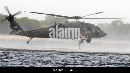 Mississippi Army National Guard soldiers with 2nd Battalion, 20th Special Forces Group Airborne conduct ' helo skids - Stock Photo