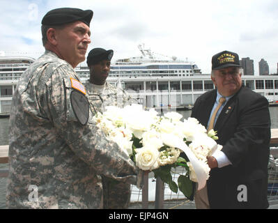 Army Vice Chief of Staff, Gen. Peter W. Chiarelli left and Patrick Gualtieri right, executive director, United War - Stock Photo
