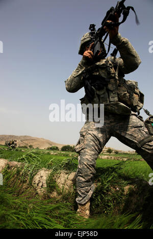 A U.S. Army paratrooper from 2nd Battalion, 377th Parachute Field Artillery Regiment, 4th Brigade Combat Team, 25th - Stock Photo