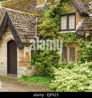 Old overgrown stone cottage, Stapleford Park, Melton Mowbray, Leicestershire, England, UK. - Stock Photo