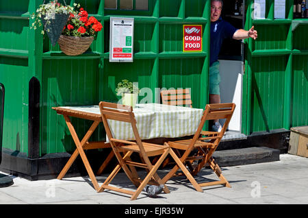 London, England, UK. Cabmen's shelter / Refreshments kiosk and cab driver, in Russell Square. - Stock Photo