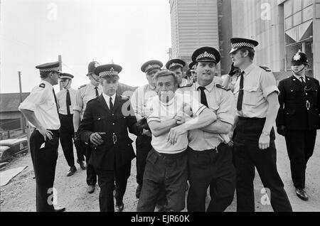 National Dock Strike 1972. Fighting between pickets & Police at Guiness, Lincs on 14th August 1972. Three policemen - Stock Photo
