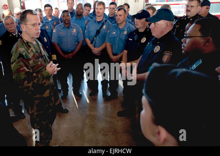 U.S. Navy Adm. Mike Mullen, chairman of the Joint Chiefs of Staff, talks with Fort Hood police and fireman who were - Stock Photo